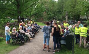 (2017-05-16) Avond4daagse (05) Rolstoel wandelaars 3 km route krijgen een lintje van Henk Berkers