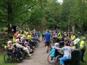 (2017-05-16) Avond4daagse (07) Rolstoel wandelaars 3 km route krijgen een lintje van Henk Berkers (Small)