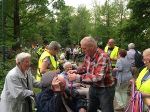 (2017-05-16) Avond4daagse (08) Rolstoel wandelaars 3 km route krijgen een lintje van Henk Berkers (Small)
