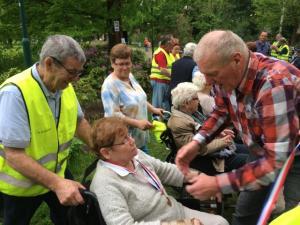 (2017-05-16) Avond4daagse (09) Rolstoel wandelaars 3 km route krijgen een lintje van Henk Berkers (Small)