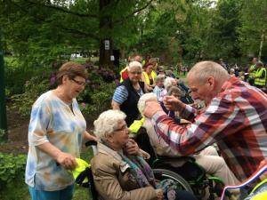 (2017-05-16) Avond4daagse (10) Rolstoel wandelaars 3 km route krijgen een lintje van Henk Berkers (Small)