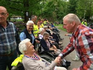 (2017-05-16) Avond4daagse (11) Rolstoel wandelaars 3 km route krijgen een lintje van Henk Berkers (Small)