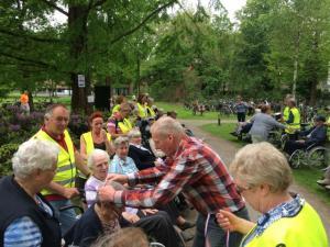 (2017-05-16) Avond4daagse (12) Rolstoel wandelaars 3 km route krijgen een lintje van Henk Berkers (Small)