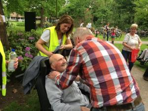 (2017-05-16) Avond4daagse (16) Rolstoel wandelaars 3 km route krijgen een lintje van Henk Berkers (Small)