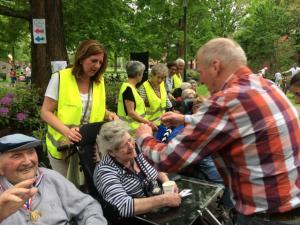 (2017-05-16) Avond4daagse (17) Rolstoel wandelaars 3 km route krijgen een lintje van Henk Berkers (Small)