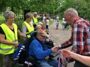 (2017-05-16) Avond4daagse (18) Rolstoel wandelaars 3 km route krijgen een lintje van Henk Berkers (Small)