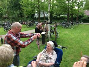 (2017-05-16) Avond4daagse (22) Rolstoel wandelaars 3 km route krijgen een lintje van Henk Berkers (Small)