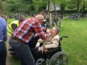 (2017-05-16) Avond4daagse (23) Rolstoel wandelaars 3 km route krijgen een lintje van Henk Berkers (Small)