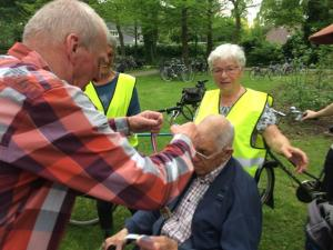 (2017-05-16) Avond4daagse (24) Rolstoel wandelaars 3 km route krijgen een lintje van Henk Berkers (Small)