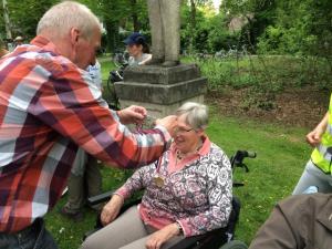 (2017-05-16) Avond4daagse (25) Rolstoel wandelaars 3 km route krijgen een lintje van Henk Berkers (Small)