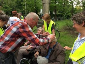 (2017-05-16) Avond4daagse (26) Rolstoel wandelaars 3 km route krijgen een lintje van Henk Berkers (Small)