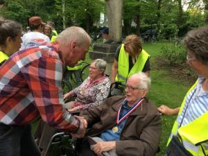 (2017-05-16) Avond4daagse (27) Rolstoel wandelaars 3 km route krijgen een lintje van Henk Berkers (Small)