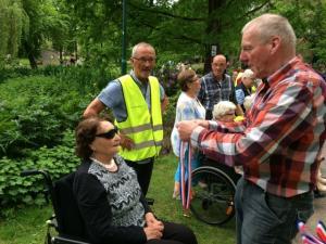 (2017-05-16) Avond4daagse (28) Rolstoel wandelaars 3 km route krijgen een lintje van Henk Berkers (Small)